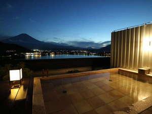湖のホテル:屋上の絶景貸切露天風呂をお楽しみください。(有料)