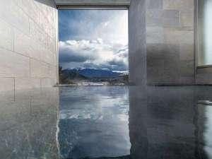 湖のホテル:露天風呂から望む富士