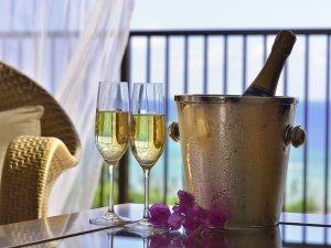 【ルームサービス】海を望むお部屋で寛ぎのひと時を。朝食はルームサービスに変更可能です。