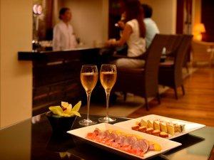 ジ・アッタテラス クラブタワーズ:【全宿泊客がご利用頂けるクラブサービス】人気のカクテルタイムはシャンパンやカクテルメニューをご用意。