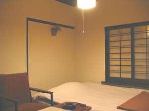 竹家荘旅館:セミダブルベッドのお部屋です