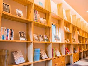 南三陸まなびの里 いりやど:書籍がたっぷりとあるアネックスの廊下