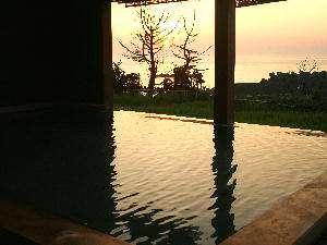 夕日を満喫しながら寛げる露天風呂。