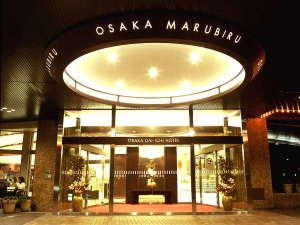 大阪第一ホテル:〇カフェや広場が併設されたオープンな雰囲気のエントランスで心からお越しをお待ちしております。