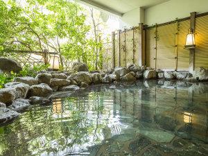 鬼怒川温泉ホテル:大浴場「渓谷の湯」の岩風呂。自家源泉の温泉は鬼怒川渓谷沿いでマイナスイオンを感じながら温浴できます