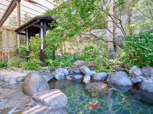 緑の木々が美しい露天風呂は、天然の岩肌の感触も心地よく、ゆったり足をのばしておくつろぎ頂けます。