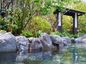 緑の木々が美しい露天風呂は天然の岩肌の感触も心地よくゆったりおくつろぎ頂けます。