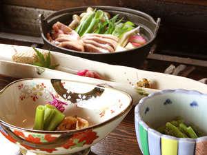 双色の源泉 山水館信濃:素朴な山菜と美しい色彩の器とのバランスは絶妙