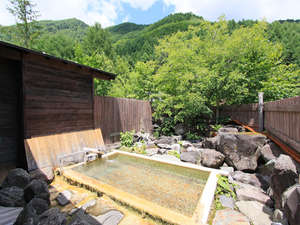 双色の源泉 山水館信濃:開放的な露天風呂は「わさび沢温泉」。空を眺めながら、ついつい長湯