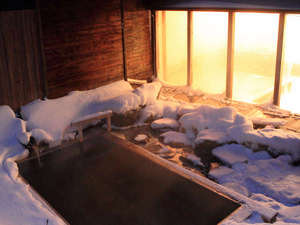 双色の源泉 山水館信濃:夜の雪見露天風呂