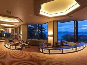 浄土ヶ浜パークホテル:玄関を入って直ぐのロビーは、宮古湾・太平洋を望む景観をご覧いただくことができます。