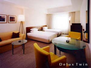 ホテルモリノ新百合丘:【 デラックス・ツイン 】余裕の32平米。2人掛けソファーコーナーで優雅にお過ごし頂けます。