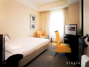 ホテルモリノ新百合丘:【 シングル・ルーム 】17平米、ベッドは幅140cmセミダブルサイズ。インターネット接続無料。