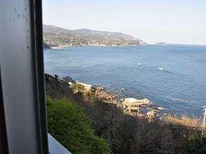 料理長の御宿 網元かわづ:お部屋の窓からは海が一望できます。