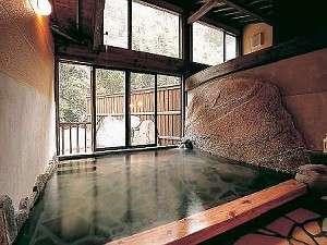 源泉かけ流しの上質な湯があふれる大浴場