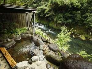 菊池川をのぞむ客室の露天風呂。川のせせらぎと心地よい風に癒される時間を。