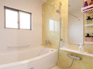 かりゆしコンドミニアムリゾート読谷琉球旅館IN残波岬:1Fの快適なバスルーム。シャンプーなども多種類ご用意しております。トイレは1階と2階に2ヶ所。
