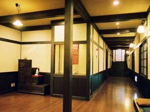 ひなの宿 安楽荘:玄関に続く廊下