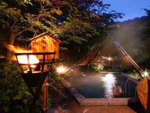 つなぎ温泉 愛真館(2018年1月16日~屋台バイキング オープン):【竪穴の湯】夜はライトアップされ幻想的に