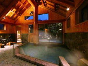 つなぎ温泉 愛真館:【しだないの湯】開放感ある高い天井、安定感あるどっしりとした柱。
