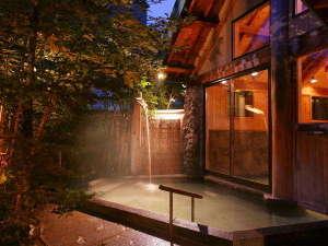 つなぎ温泉 愛真館:【木漏れ日の湯】昼は木漏れ日が気持ち良く、夜は瞬く星が美しい露天風呂です。