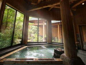つなぎ温泉 愛真館:【ぬりさわの湯】太く立派な柱を構え、大きな窓が特徴のぬりさわの湯。