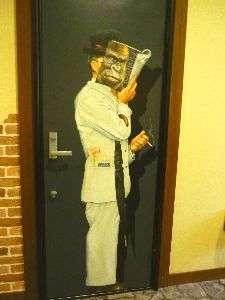 ドアの前に立つアートなおじさん♪客室ドアーに張り付いてます。