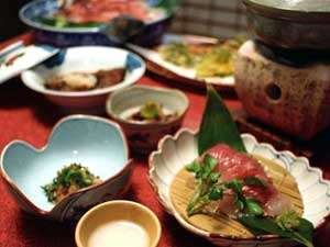 田沢温泉 高楼 ますや旅館 :【夕食一例】人気☆鯉の刺身や山菜料理など、様々なお料理で膳を彩ります。