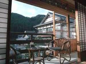 田沢温泉 高楼 ますや旅館 :【部屋一例】部屋内の回廊から高楼の景観が望める人気のお部屋。
