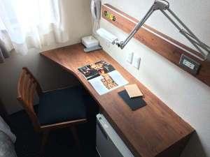 @ビジネスホテル一関:可動式照明を備え付け、全室無料Wi-Fi、一部の部屋には有線LAN利用も可能。