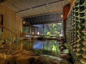 運河の宿 おたる ふる川:温泉大浴場〝ゆくら〟壱の湯の露天風呂からは庭を一望。瓦から流れる温泉の音が心地よいBGMです。