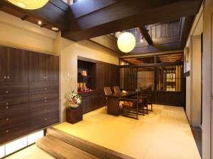 奈良町家 和鹿彩 別邸:広々した土間に高い天井が特徴の玄関