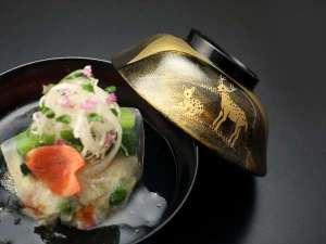 奈良町家 和鹿彩 別邸:上品な出汁が旬食材を引き立てるお吸い物。熱いものはお熱い内に・・お出し致します