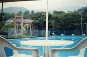 ファミリー&リゾート川ばた:吊橋を渡るとお客様だけのプールがあります。(夏期営業)