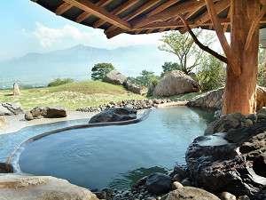 リラックスリゾート ホテルグリーンピア南阿蘇:【昼間の露天風呂】阿蘇五岳や外輪山の壮大な眺めが楽しめる
