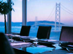 シーサイドホテル舞子ビラ神戸:『ダイニング&バー キーウエスト』大きな窓から明石海峡大橋と瀬戸内を眺める最上階からの美景