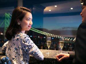 """シーサイドホテル舞子ビラ神戸:カウンター越しに広がるパノラマ風景。オリジナルカクテルと美景を楽しむ""""オトナナイト"""""""