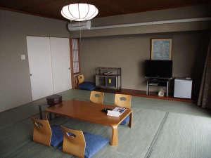 玉造温泉 玉造国際ホテル:10畳のお部屋です。テーブルを新しくしました。