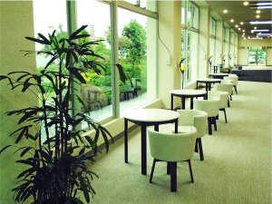 玉造温泉 玉造国際ホテル:ロビーにテーブルやソファを設置。
