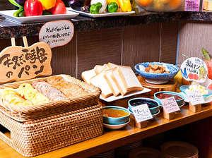 お茶の水 ホテルジュラク:天然酵母のパンに食パン!そしてその脇には大人気の『特製ジャム』が並びます♪