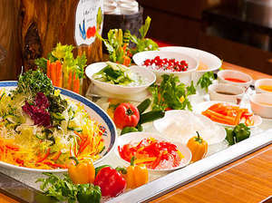 お茶の水 ホテルジュラク:夜の「あけびの実」も色付け役はやっぱり『新鮮なお野菜達』