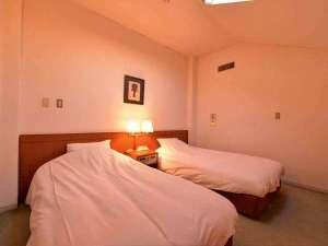"""ホテル イオ アルフェラッツ:*メゾネットツイン(客室一例)/心安らぐ調度品に囲まれた客室。日常と離れた""""ゆとり""""の休日を。"""