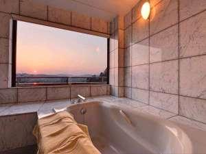 ホテル イオ アルフェラッツ:*メゾネットスイート(客室一例)/大理石のバスルームから望む景色。心地よいバスタイムのひと時を。