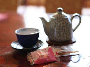 お部屋でゆっくりとおくつろぎ下さい。 お茶とお菓子