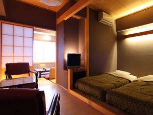 ベッドと落ち着いた和室を併せ持つ和洋室
