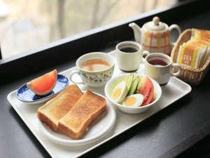 アレーホテル広島並木通(旧ホテルかめまん):モーニング朝食。公園の見えるカウンター席が人気です♪