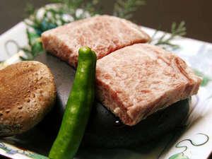 霧島温泉 純和風旅館 牧水荘:お客様からご好評いただいている石焼ステーキ!ジューシーな旨味をお楽しみ下さい。