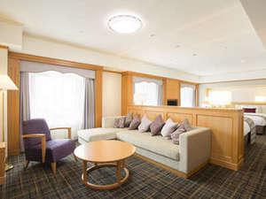 ホテル日航関西空港:ビジネスクラス トリプル&フォースルーム(リビング)