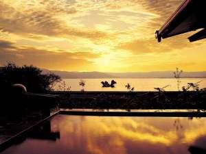双泉の宿 朱白(すはく):夕日に染まる諏訪湖一望の大浴場『峰望の湯』露天