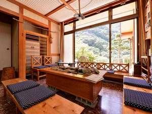 成川渓谷休養センター:*ロビー/心地よい風が吹き抜ける空間。大きな窓からは成川渓谷美をご堪能いただけます。